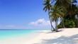 Tropischer Paradiesstrand auf den Malediven mit Palmen, türkisem Ozean und blauem Himmel