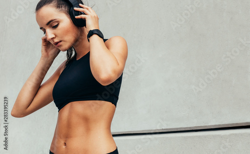 Fitness and music - 283395239