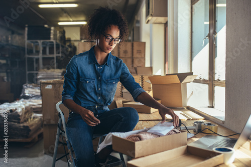 Leinwand Poster Woman packaging box for delivery