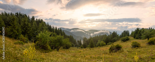 Cadres-photo bureau Arbre Amazing mountain landscape with colorful vivid sunset.