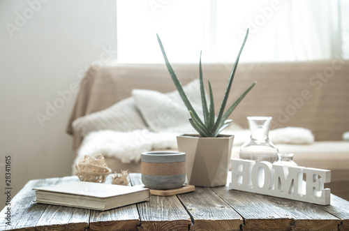 Photo Home interior with decorative items on a wooden table.