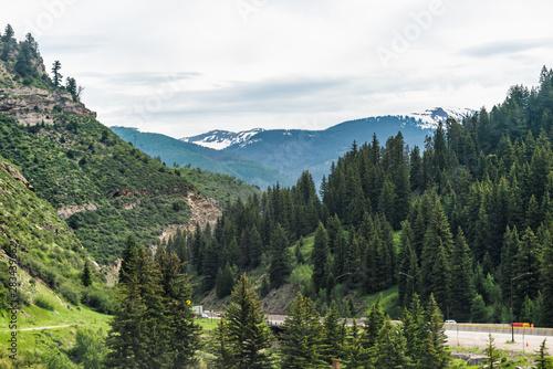 Photo Freeway highway through Colorado towns near Avon Vail in rocky mountains