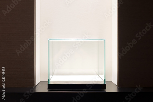 Fotografia Empty glass showcase display