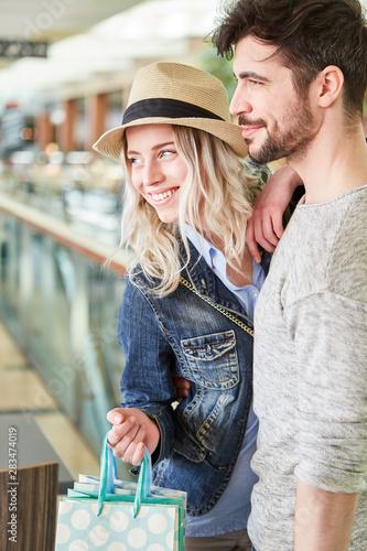 Fotografie, Obraz Junges glückliches Paar beim Shopping