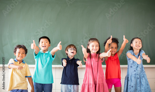 Multi-ethnic group of school children standing in classroom Fototapete