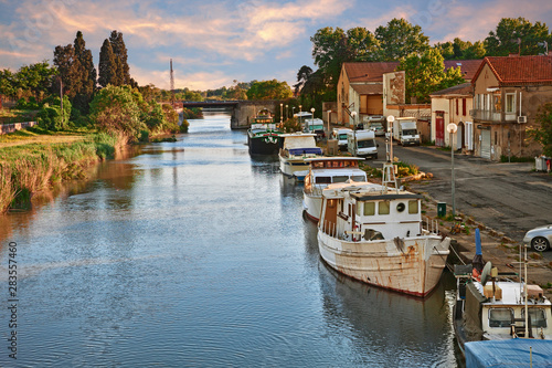 Canvas Print Saint-Gilles, Gard, Occitanie, France: waterway with boats in the town at the ed