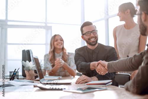 Pinturas sobre lienzo  background image of the handshake of business partners in the office