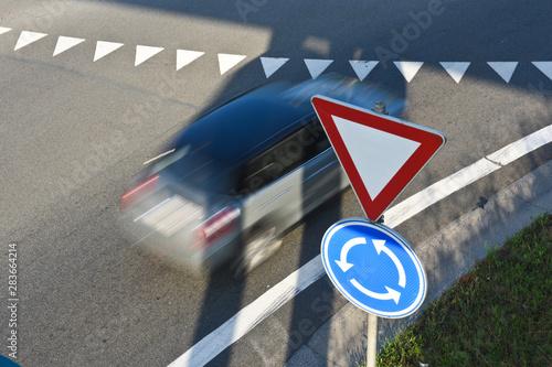 circulation trafic stop vitesse rond point auto voiture Canvas-taulu