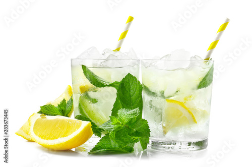 Photo sur Toile Alcool Glasses of fresh mojito on white background