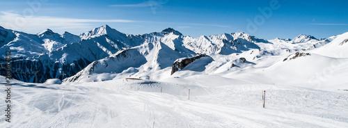 Fotomural  Sunny winter day in alpine ski resort