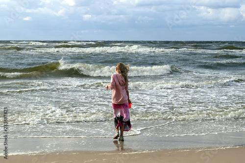 blondynka nad brzegiem morza Wallpaper Mural