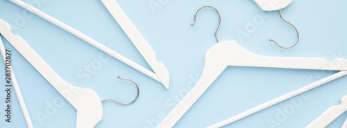 Cuadros en Lienzo  White wooden hangers on blue background
