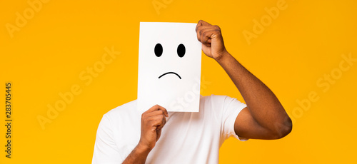 Tela Black man holding paper with sad face