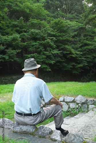 Valokuva  老人・男性・座る - An old man sitting alone in the wood