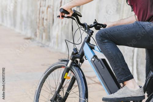 Bliska mężczyzna jedzie na rowerze elektrycznym