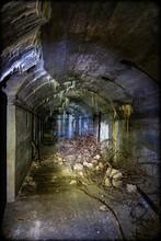 Schrott Und Müll Lagert In Einem Alten Bunker