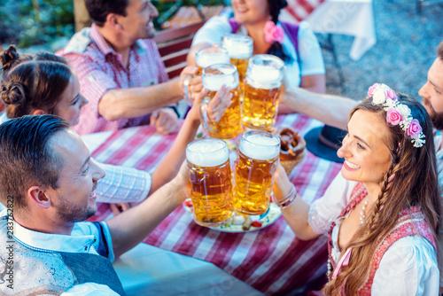 People enjoying food and drink in Bavarian beer garden Fototapete
