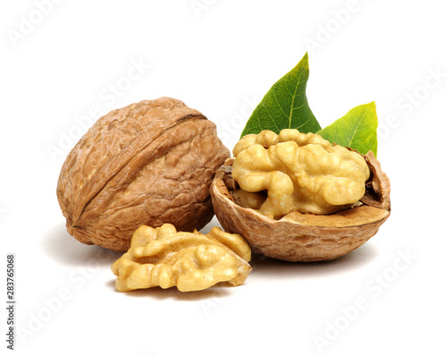 Fotografía  Walnuts with leaves