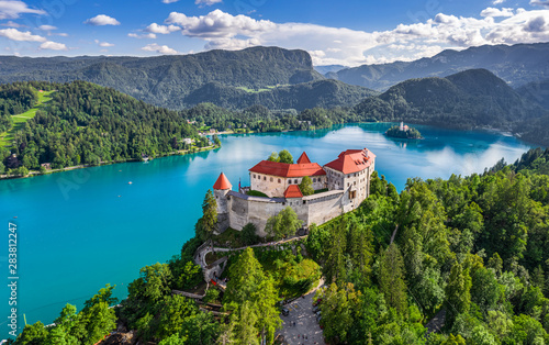 Foto auf AluDibond Landschaft Bled, Slovenia - Aerial panoramic view of beautiful Bled Castle (Blejski Grad) with Lake Bled (Blejsko Jezero), the Church of the Assumption of Maria and Julian Alps at background on a summer day