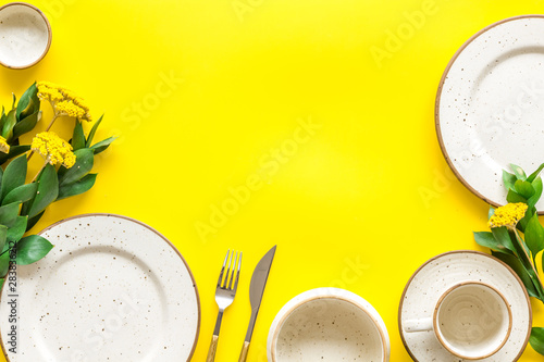 Photo  Elegant table setting with plates and tableware on yellow background top view mo