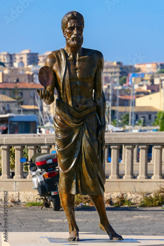 Photo Syracuse, Sicily, Italy A statue of Archimedes on a main square