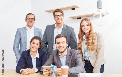 Geschäftsleute bilden eine Bürogemeinschaft Canvas Print