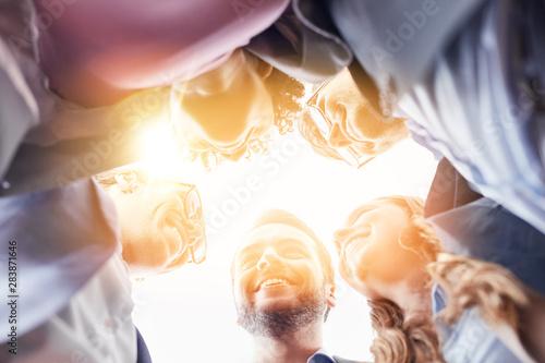Obraz Zusammenarbeit im Business Team mit Geschäftsleuten - fototapety do salonu