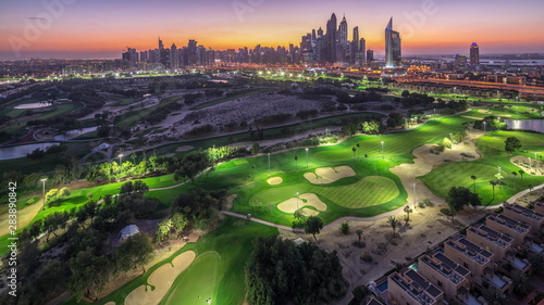 Foto  Dubai Marina skyscrapers and golf course day to night timelapse, Dubai, United A