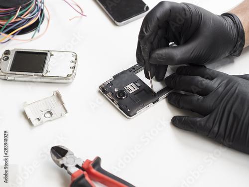 Fotografia, Obraz  Man removing phone cover for repair