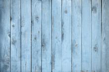 青くペイントされた木製のボード