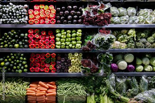 Verduras en exhibición en supermercado Canvas Print
