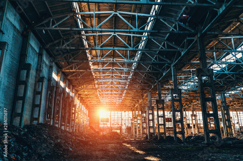 Autocollant pour porte Les vieux bâtiments abandonnés Ruined and abandoned industrial factory warehouse hangar in sunset light,