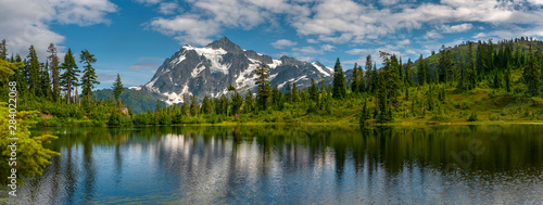 Papiers peints Rivière de la forêt Picture Lake with Mt. Shuksan, Washington state. Picture Lake is the centerpiece of a strikingly beautiful landscape in the Heather Meadows area of the Mt. Baker-Snoqualmie National Forest.