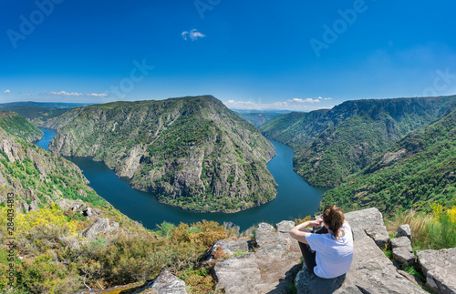Foto A woman contemplates the incredible Sil Canyon in the Ribeira Sacra from a fabul