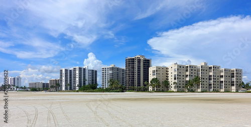 Valokuva  Condos and timeshares on Fort Myers Beach, Florida, USA.