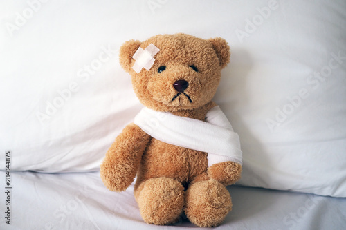 Carta da parati  Teddy bear and bandage. Injury concept