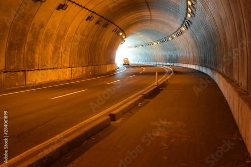 Papiers peints Tunnel シェルター / 山形県鶴岡市の海岸に建造されている「油戸シェルター」です。すぐ横が海なので、風や波除けの役目を果たします。また冬期間は、雪から防護するために設置されたシェルターです。