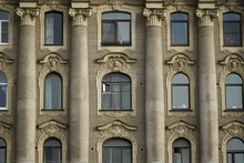Hausfassade Mit Säulen Und Porträtierten Frauenköpfen Am Gribojedow-Kanal  In Sankt Petersburg