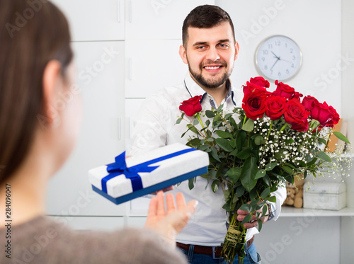 Man ready to present flowers and gift at holiday Fototapete