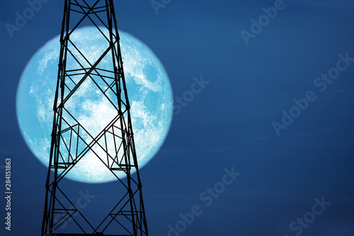 Photo full harvest moon on sky and silhouette power electric pole