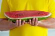 canvas print picture - Ein Stück Reife Wassermelone in den Händen  eines Mannes