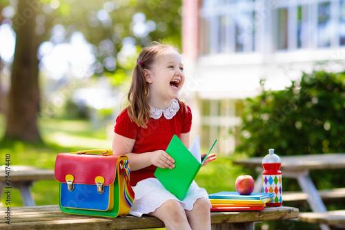 Pinturas sobre lienzo  Child going back to school, year start