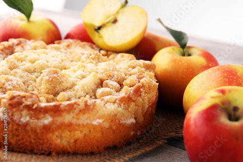 Foto Apple pie or homemade cake with apples on wood