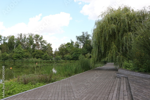 Papiers peints Jardin Holzsteg am großen Teich im Kurpark von Bad Nauheim in Hessen