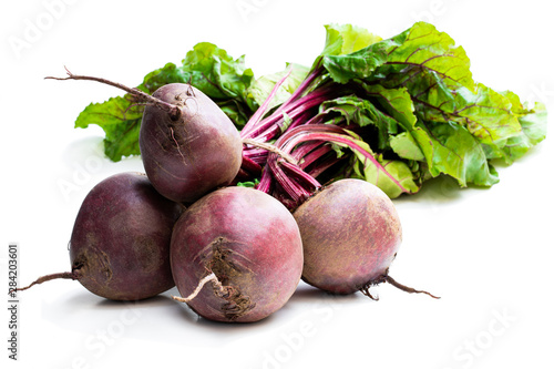 Photo  Bunch of new beetroots isolated on white