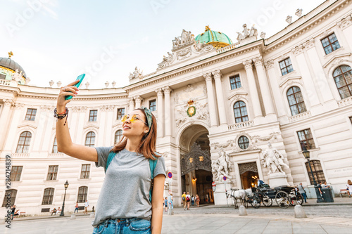 Fotografia Young asian tourist taking selfie photo on her smartphone in Vienna, Austria