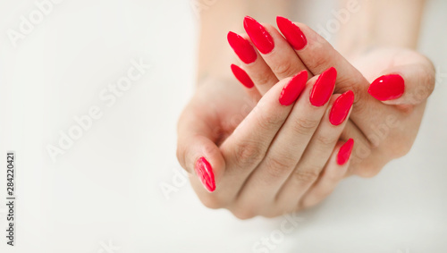 Fotografia Closeup of a woman hand with red nails