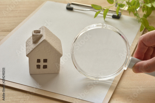 Fotografia Magnifying glass and house