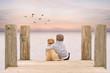 kleiner Junge umarmt seinen Hund am Steg am See