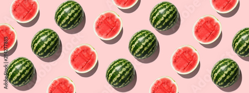 Fototapeta Arbuz  kolorowe-tlo-owocow-swiezego-arbuza-pol-na-rozowym-tle